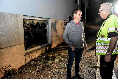 Vaktmester Helge Bakken kunne i kveld fortelle  brannsjef Stig Selbo at det ikke har vært strøm på i den delen hvor det brant.