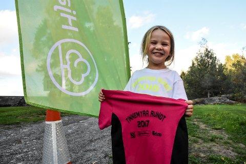 Fire år gamle Emilie Slåstuen Egedal var med på Tinnemyra Rundt for andre gang og har nå to T-skjorter.