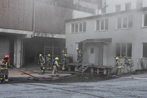 TROLIG PÅSATT: Alt tilgjengelig mannskap ble sendt til Domusbygget, mandag i forrige uke. Nå tyder politiets etterforskning på at brannen er påsatt.