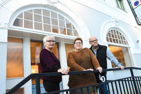 NY MØTEPLASS: Kirkens Bymisjon Notodden starter trolig opp i løpet av januar. Liv Kasin, Berit Bolkesjø og Jan-Henrik Aasheim foran lokalene som skal bli Kafé Konkylien.