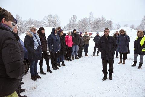 BEFARING: Teknisk utvalg og leder Ole Henning Skogen inviterte med seg alle interesserte på befaringen på Klokkarrud i Heddal.