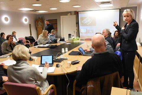 EVALUERING: Liv Birgit Tobiassen orienterte oppvekstutvalget om hvordan lærerne opplever bruk av iPad i skolehverdagen.