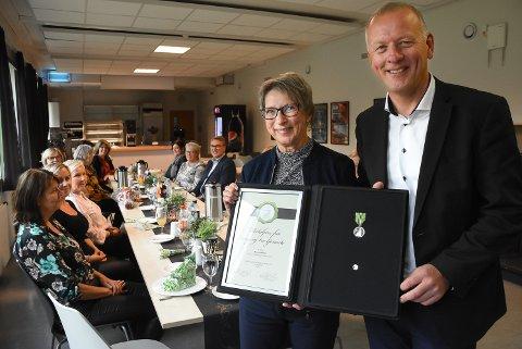IMPONERENDE KOLLEGA: Sykehusdirektør Tom Helge Rønningen overrakte onsdag Norges Vels medalje for lang og tro tjeneste til Bjørg Andersen fra Notodden. 17 år gammel startet hun ved Notodden sykehus - og der jobber hun fortsatt som tilkallingsvikar 52 år senere.