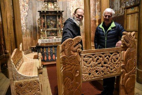 SKAL MØBLERE: Ildsjelene Anders Kvåle Rue (til venstre) og Halvor Sem inviterer til Kjørmess fredag - der det nye inventeret i Heddal stavkyrkje skal feires.