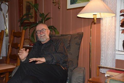 I FORTELLERSTOLEN: Jan Petter Underdal har litt mer fritid etter å ha gitt seg i lokalpolitikken, og tar seg tid til en historie for Telens journalist søndag kveld.