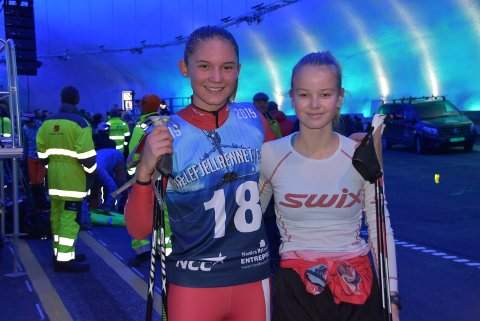 NY OPPLEVELSE: Eline Noraberg (14, til venstre) og Kristine Dyrland (15), begge fra Seljord IL, fikk seg en ny opplevelse da de gikk gjennom halve Mælefjelltunnelen på rulleski. Nesten rykende fersk asfalt er godt å gå på, mener stjerneskuddene fra andre sida av tunnelen.