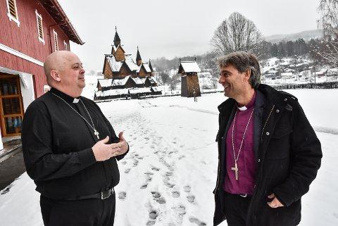 PÅ VISITAS: Sokneprest Terje Nyvoll (til venstre) tok imot biskop Stein Reinertsen under bispevisitasen tirsdag formiddag.