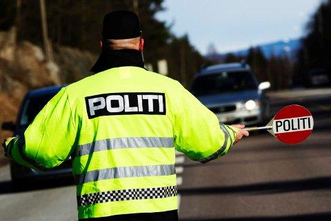 VIKTIG: Det beste forebyggende tiltaket mot ruskjøring er flere kontroller, ikke rør UP, oppfordrer Trygg Trafikk i Telemarks, Tor Egil Syvertsen, og til deg med alkometer: - Ikke bruk det! - Foto: Cornelius Poppe / SCANPIX
