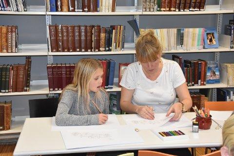 FORNØYD: Lykke Meyer Erichsrud ble veldig fornøyd med å få tegnetips fra Bente Jørgensen.