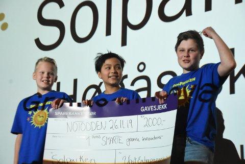 TENKER INNOVATIVT: Kjetil Kaste Høiseth, Trygve Thomas Tømmerås og Vetle Hagen ved Høgås skole vant 2000 kroner i førstepremie for sin klimavennlige idé.