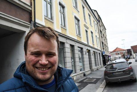 SATSER: Ørjan Engebretsen og kona Mari satser på utleieleiligheter her i Bjørnstjerne Bjørnsonsgate 1 på Notodden. Klikk på pila, eller sveip, for flere bilder.