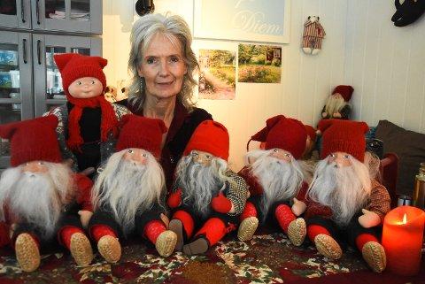 NISSETID: Det er julestemning i bua til Berit Skogen. Årets julenisser har fått fint grått skjegg og luene dratt godt nedover ørene.