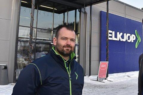 FULL PARKERING: Det har vært på grensa til parkeringskaos rundt Elkjøp, Kid og Europris de siste dagene. Elkjøpsjef Øyvind Lia har forklaringa på hvorfor mannfolk utsetter julehandelen til siste liten...