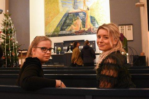 I KIRKEN: Guro Ørvella Steinhaug og Vårin Hognestad synes det er en fin tradisjon å starte julekvelden i kirken.