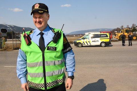 RUTINEMESSIG: Innsatsleder Thor Einar Bakken sier at de ønsker å ta alle sikkerhetsforbehold til situasjonen er avklart.