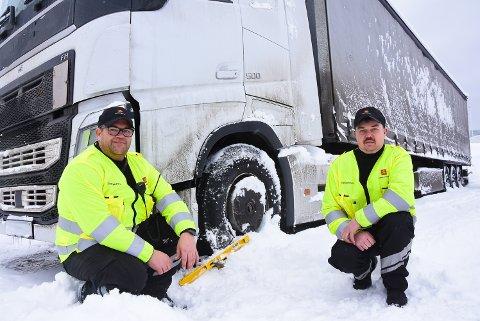 STÅR FAST: Thore Paulsen og Bjørn Halvor Hegna i tungbilgruppa i Øvre Telemark med vogntoget som onsdag fikk kjøreforbud etter trøbbel på glatta.