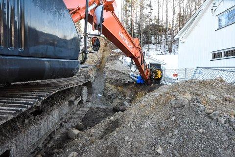 TOK TAK: Gravemaskinen har de siste to ukene gravd frem en stor grøft i skråningen mellom Kasinmoen og Skogen.