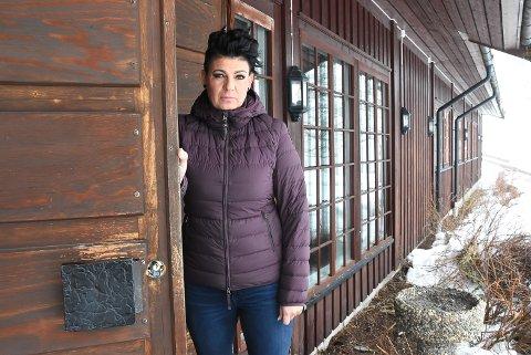 BORRET OPP LÅSEN: Rosmari Sorthe oppdaget innbruddet til lokalene mandag morgen.