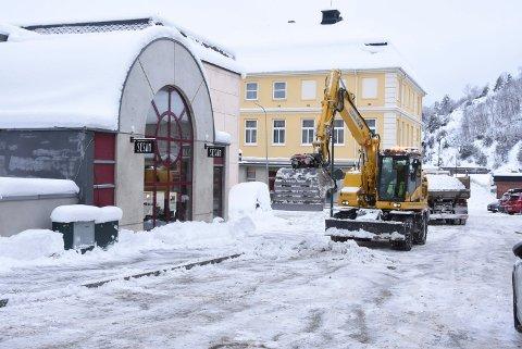 SNØ: Her er kommunens mannskaper i full gang med å rydde Aasmund Vinjes gate, parkeringslommer og fortau for snø.