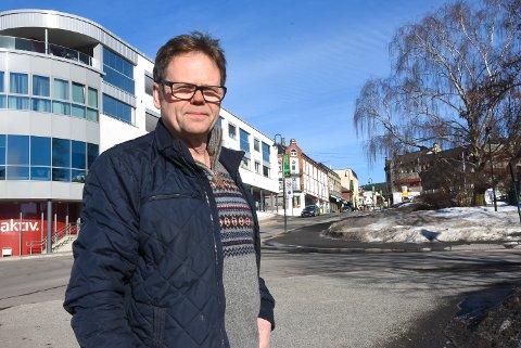 ØNSKES TIL SENTRUM: Torgeir Ljosland, leder av Notodden i Sentrum håper kommunen tar til fornuft og følger innbyggernes ønske om å flytte det store legesenteret bort fra Tinneberget. Han mener det bør ligge i sentrum.