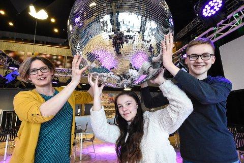 TID FOR DISCO: Hilde Hem, Linnea Kaste og Kristoffer Gjelstad Garseth håper det blir fullt hus på ungdomsklubbene fremover. Mandag er det disco.