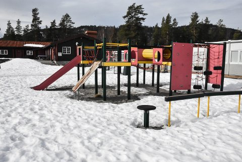 VEKK: Nå skal disse lekeappratene bort før det skjer en alvorlig ulykke - noe som ville blitt en kostbar affære for Snøgg Fotball.