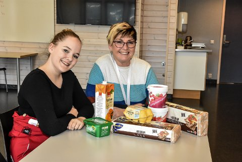 MAT: Elida Linnea Slettum (t.v) og ordfører Gry Fuglestveit ønsker som en prøveordning å innføre ett gratis skolemåltid om dagen på ungdomsskolen.