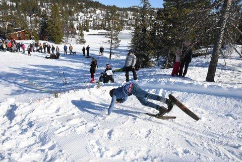 UTFORDRING: Den største utfordringen for noen av deltakerne var faktisk å komme ned til hoppkanten.