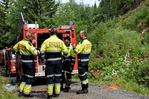 I BEREDSKAP: Brannsjef Elling Himberg Krosshus og teamne fra Notodden brannvesener i beredskap, her ved skogbrannen i  Tverrdalen i Lisleherad i fjor.