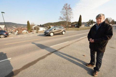 BEKYMRET: Jan Danielsen påpekte tidligere denne måneden det nye, farlig krysningspunktet i Kongsbergveien. Nå viser det seg at Statens vegvesens folk har tenkt det samme.