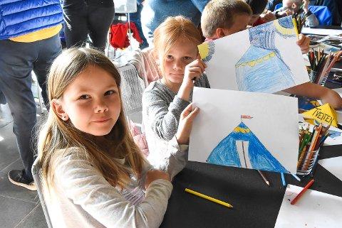 BLUESCAMP: Blå telt må jo være helt supre på bluescamp, mener Nathalie Fjelle og Emma Linnea Kårstein Stykket. Venninner blir gjerne inspirert av hverandre.
