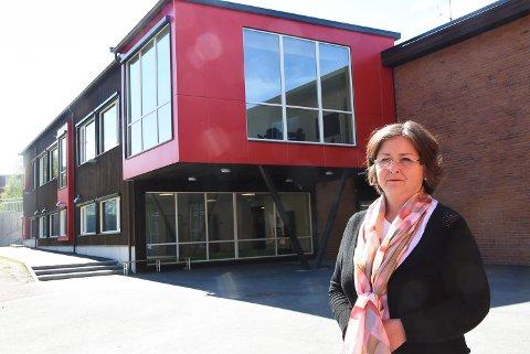 INNFØRER ARBEIDSTIMER: Nina Ødegaard Flaaten, rektor på Sætre barneskole. tar grep for å gi alle elever den samme muligheten til god hjelp med leksene. Fra høsten av skal det bli mindre hjemmearbeid.