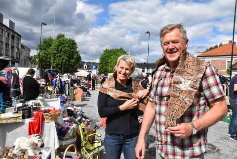 EKSOTISK: Kristin og Jørgen Schultz kunne by på noe så eksotisk som skinn fra en pytonslange på baklukesalget i dag. 25 kroner var prisen.