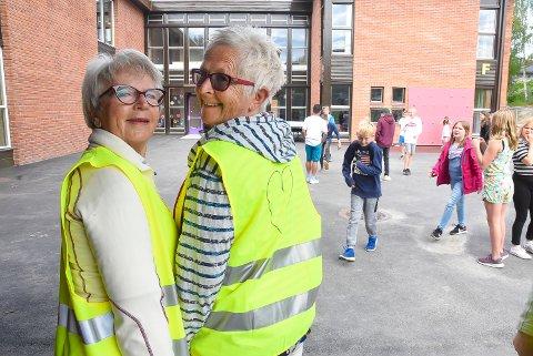 """FRIVILLIGE I SKOLEN: De gule vestene til Ingebjørg Flatland og Astrid Antoniussen er utstyrt med et stort hjerte på ryggen. For det er det alt dreier seg om for de frivillige miljøarbeiderne: Å ha et hjerte for elevene og tid til å prate. Ingebjørg siterer Halldis Moren Vesaas når hun skal beskrive opplevelsen: """"...meir enn du gav, fekk du att""""."""