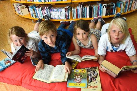 LESEHESTER: Julie Seland, Nore Grenze-Jamtveit, Vårinn Grenze-Jamtveit og Aron Hvaale er allerede godt i gang med Sommerles-kampanjen. De anbefaler andre barneskoleelever å gjøre det samme.