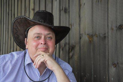 SØNDAG: Søndag er det på med cowboyhatten. Da inviterer Terje Nyvoll til den sjette køntrigudstjenesten i Heddal.