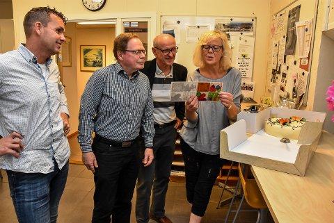KAKE: Leif Anders Kasin (t.v), Helge Carlsen, Birger Thorsen og Helga Haave gleder seg over kake, men deler den med lokalt næringsliv som velvillig tar i mot elever fra videregående skole.
