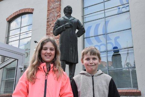 BIRKELAND: Christina Venås Thorstensen (Sam Eyde) og Halvor Vaa (Christian Birkeland) fra Heddal barneskole foran Birkeland som står plassert utenfor Ovnshus A,