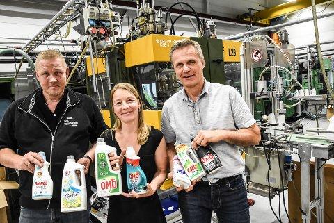 Gjenbruksplast: Produksjonsansvarlig Roger Lien, Hege Seljelid fra Orkla og daglig leder Torbjørn Småkasin i Norsk formblåsingved noen av de produktene som nå leveres i plastflasker av resirkulert og miljøvennlig plast.