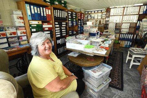 ORDEN I KAOSET: Kari Tjønn Skogen er en lidenskapelig serviettsamler. Alle permene og eskene i den gamle garasjen er fylt med servietter - sirlig sortert og arkivert.