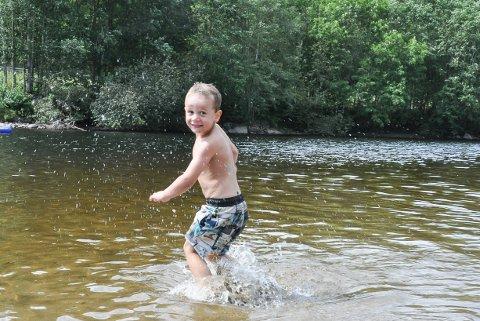 Nyter vannet: Peder elsker å bade i Svingen, spesielt når det er varmere i vannet, som nå.