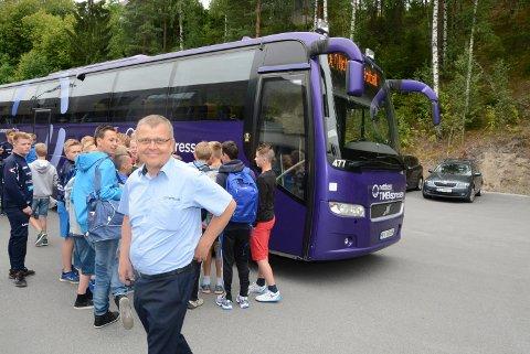 VIKTIGE: Foreldre har fraktet Snøgg- og NFK-spillere rundt i Oslo med store og mindre busser. Hans Runar Haslekås har vært en av dem. Nå dropper trolig klubbene turneringen i årene framover på grunn av all logistikken.