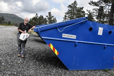 DYRT: Kjell Meistrand regner med at han tar med seg fire slike halvfulle bæreposer med søppel hjem fra hytta hvert år. Det blir dyre poser hvis han må betale 1828 kroner i året.
