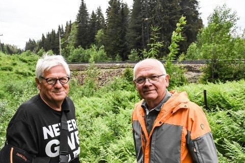 TOG: Reidar F. Solberg og Håvard Bakka i Notodden SV vil jobbe for å få bygget en Notodden Jernbanestasjon Øst her på Finnlia, rett ved nye E134, sånn at Notodden også blir en stasjon på Sørlandsbanen.