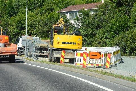MÅTTE GRAVE: Veiarbeider ved Kleivene fredag.