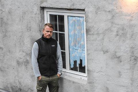 KNUST: Stein har blitt kastet gjennom vinduet, og Snøgg har gjort midlertidige tiltak, sier Ola Wårås.