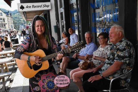 VANDRENDE: Denne fargerike dama gir heldige bluesgjester vandrende intimkonsert.