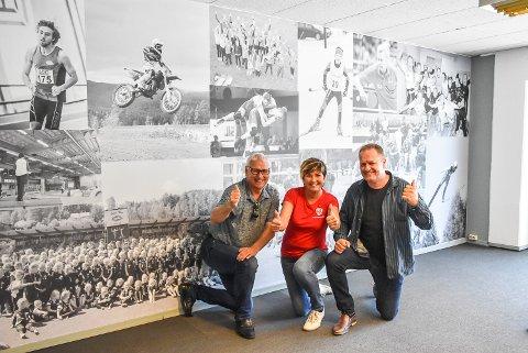 VEGGEN: Den ene langveggen i Idrettens Hus er prydet med bilder fra Notoddens idrettshistorie. Her poserer Jonny Pettersen, Gry Fuglestveit og Karl Arne Lia.