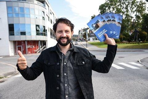 PÅ PAPIR: Valgprogrammet til Notodden Høyre skal likevel trykkes opp på papir og fordeles til alle husstandene i Notodden, bekrefter partiets Thomas Christopher Tinne