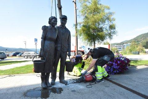 LØSNES: Karl Kristian Jamtveit og Mathias Brenna Jamtveit fra firmaet Mobas AS måtte gå hardt til verks for å få bort betongen. Nå skal skulpturen til reparasjon.